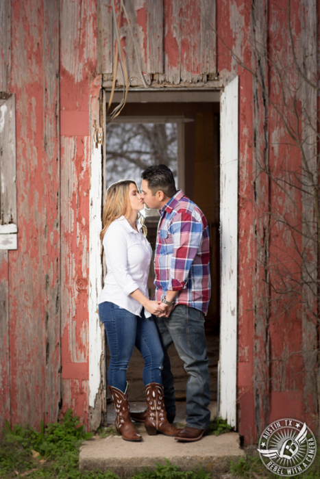 rustic-round-rock-engagement-portraits (4)