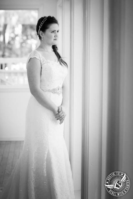 lovely-bridal-portraits-at-casa-blanca-on-brushy-creek (4)